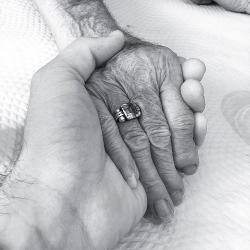 "Os 91 anos da minha avó numas belas mãos! • <a style=""font-size:0.8em;"" href=""http://www.flickr.com/photos/28147406@N00/20416027886/"" target=""_blank"">View on Flickr</a>"